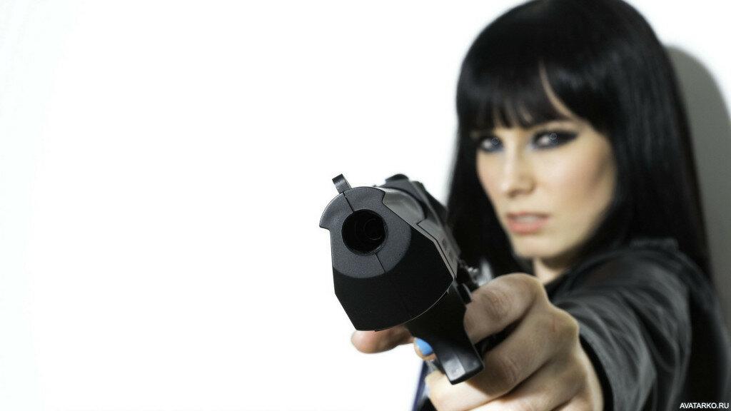 Фото девушка угрожает парню пистолетом — pic 3