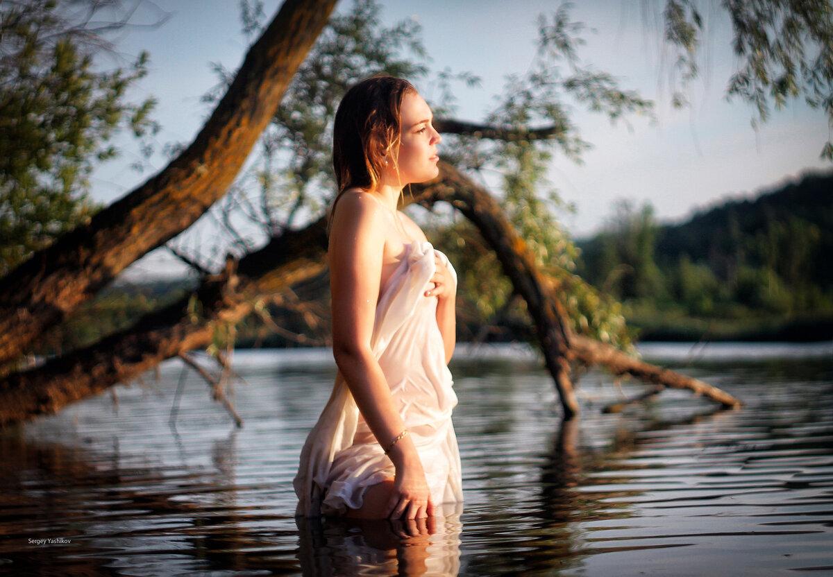 полная девушка купается в реке видео пришел