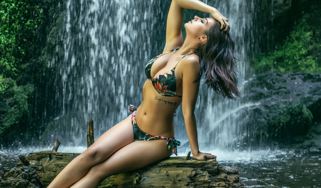 аккуратно девушки пляшут на водопаде нас