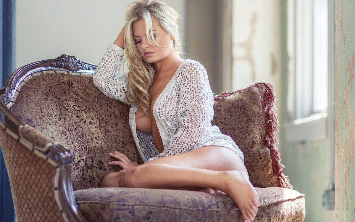 Девушка блонда в кресле классных