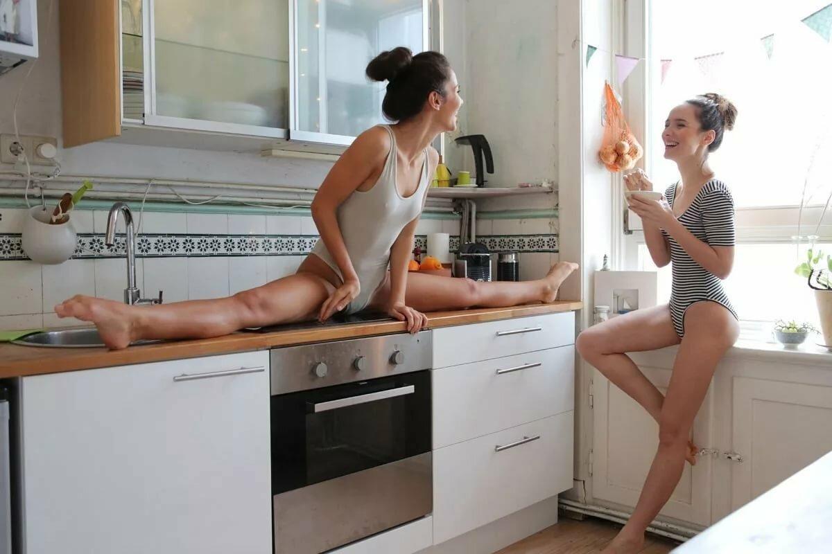 Две женщины сидят на кухне фото #1