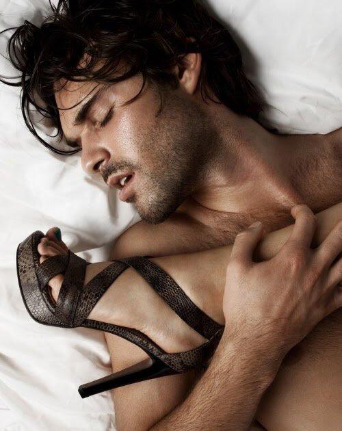 парень целует даме ножки