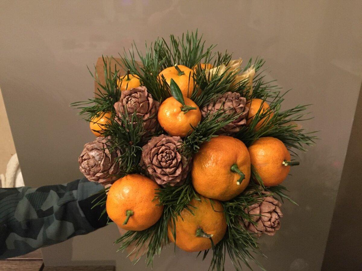 Новогодний букет из цветов и фруктов, синих