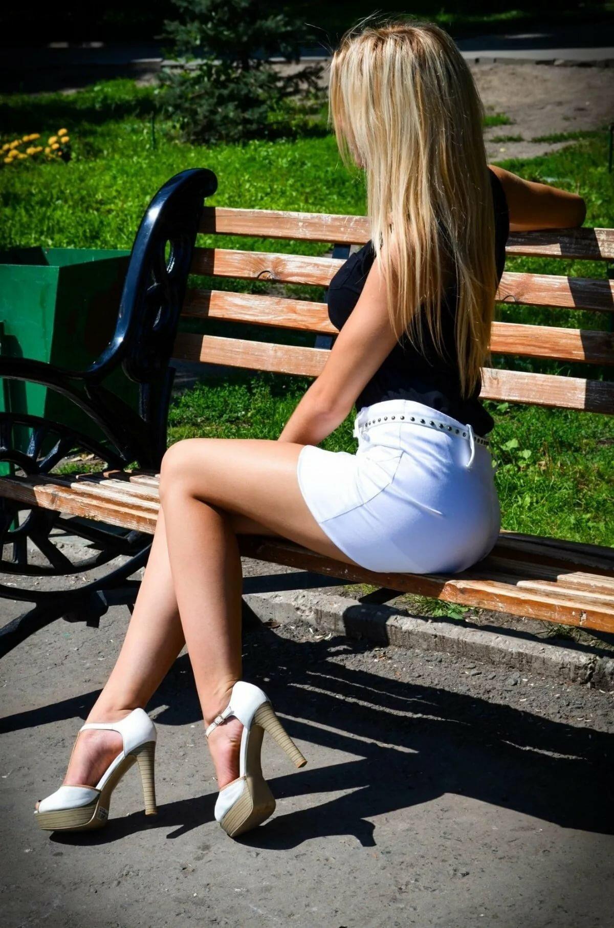 опытные зрелые красивая девушка с длинными ножками в короткой юбочке даши