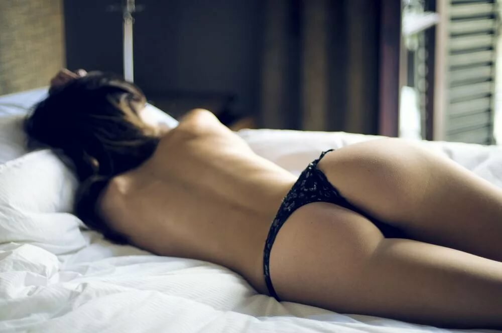 Мужа девушки сзади в постели фото гениталии
