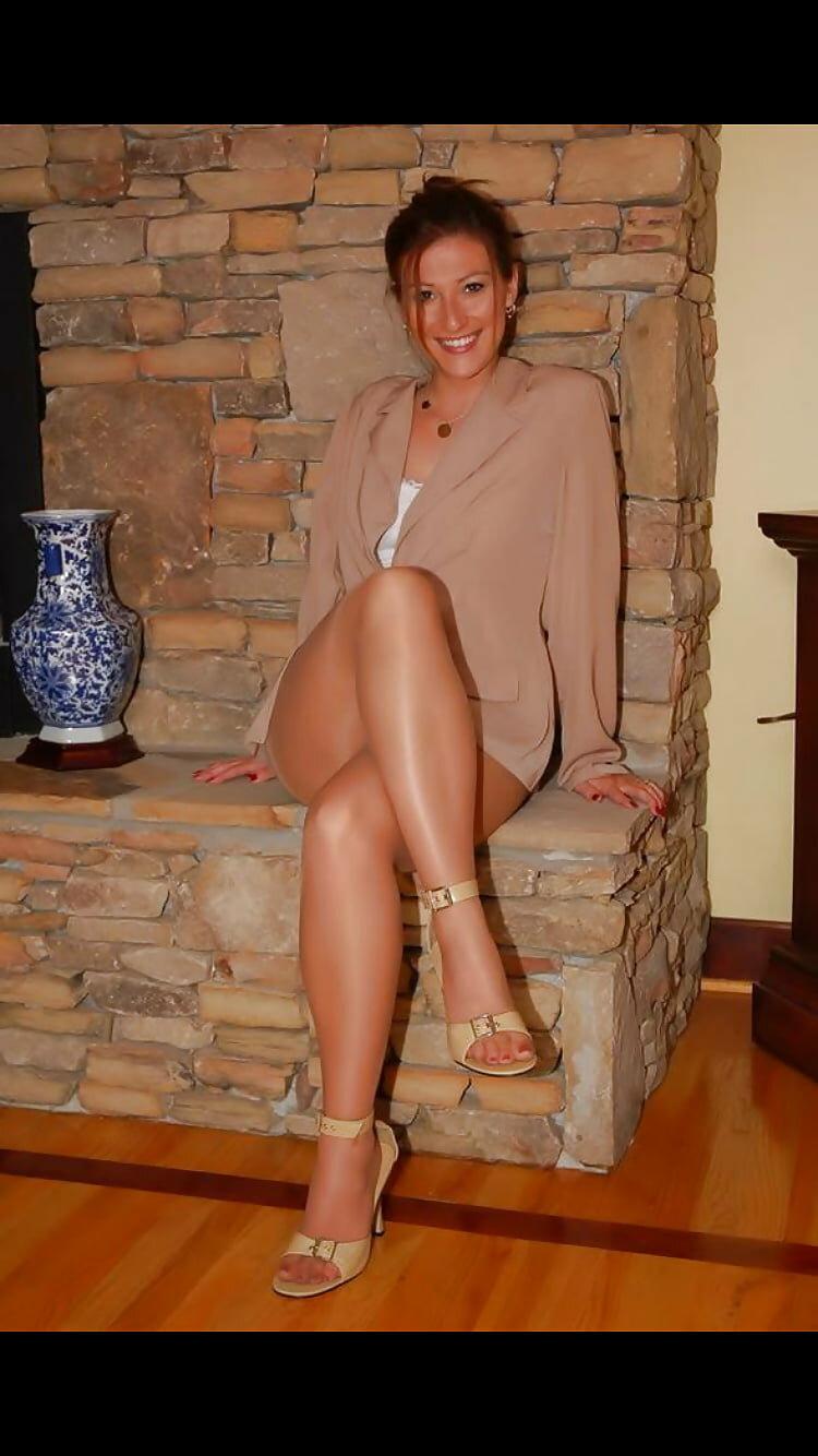 Зрелая с красивыми ногами фотосессия
