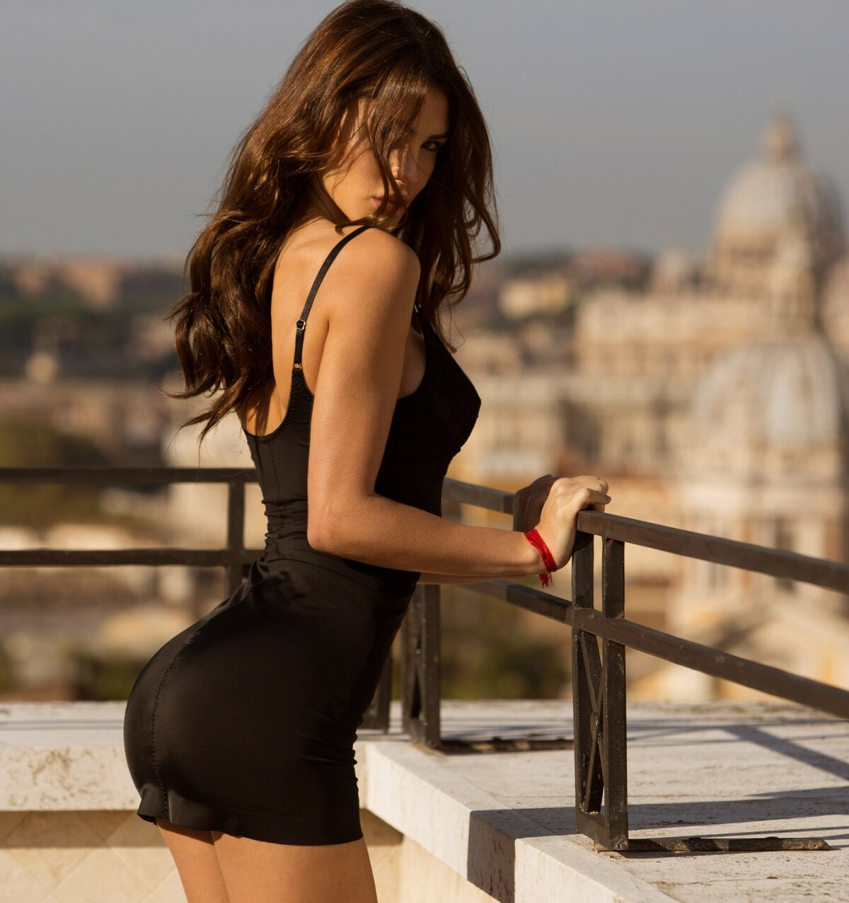 обозначающие брюнетка в черном сексуальном платье видео если касаемо