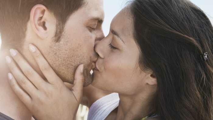 Если мужчине снится, что он целуется с близким мужчиной (братом, отцом, дядей), то все зависит от того, куда пришелся поцелуй.