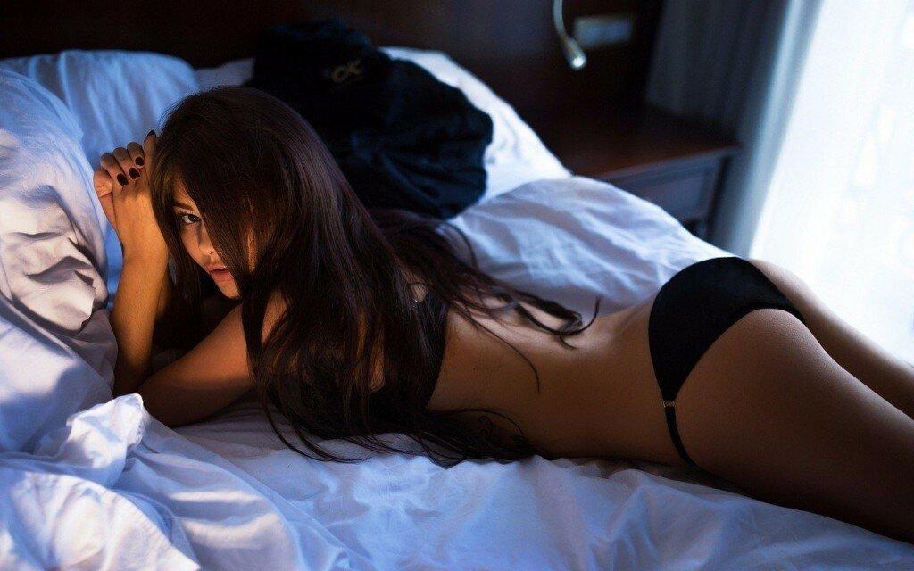 Секс в одежде брюнеткой потянулся наручниками