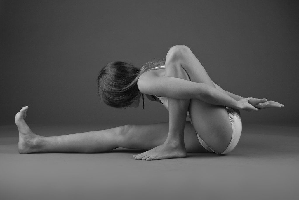 Очень стройная голая спортсменка занимается йогой на природе - Мелиса Мандини