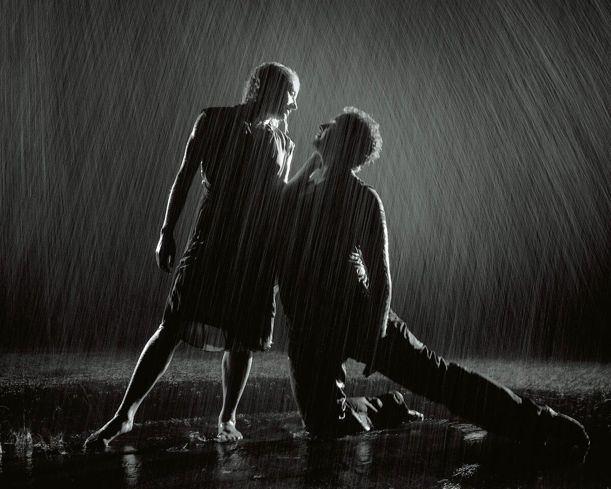 Парень танцует под дождем в картинках