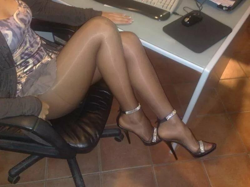 женские ножки в колготках под столом фото