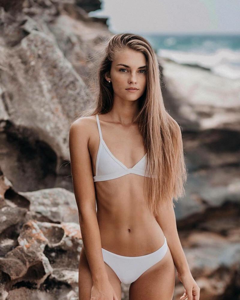 молодая модель бикини таком виде