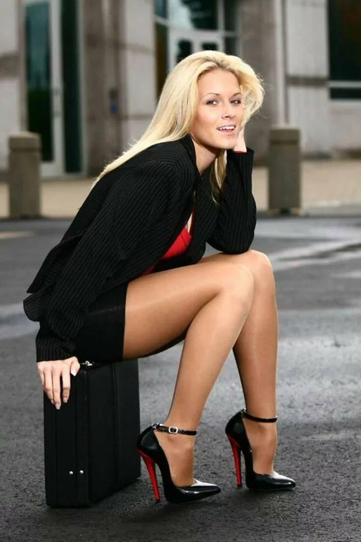 зрелые женщины с длинными ногами в юбках