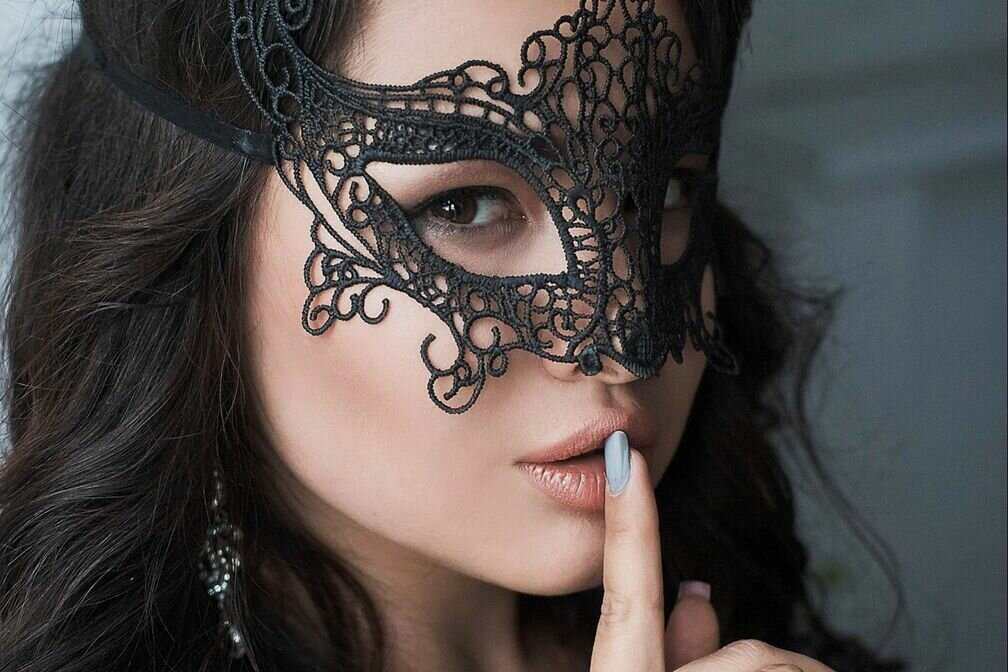 Красивые девушки в масках фото