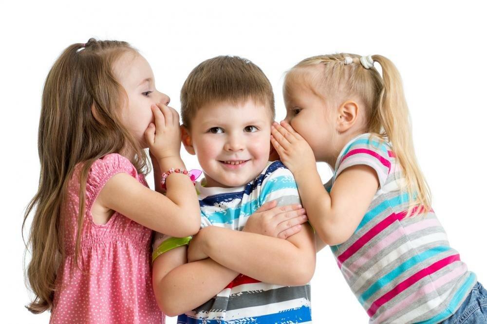 Картинка с двумя девочками и одним мальчиком, сайт открыток