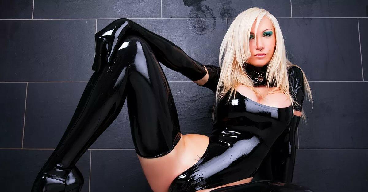 Фотографии девушки в сексуальном в кожаной одежде и в ласки