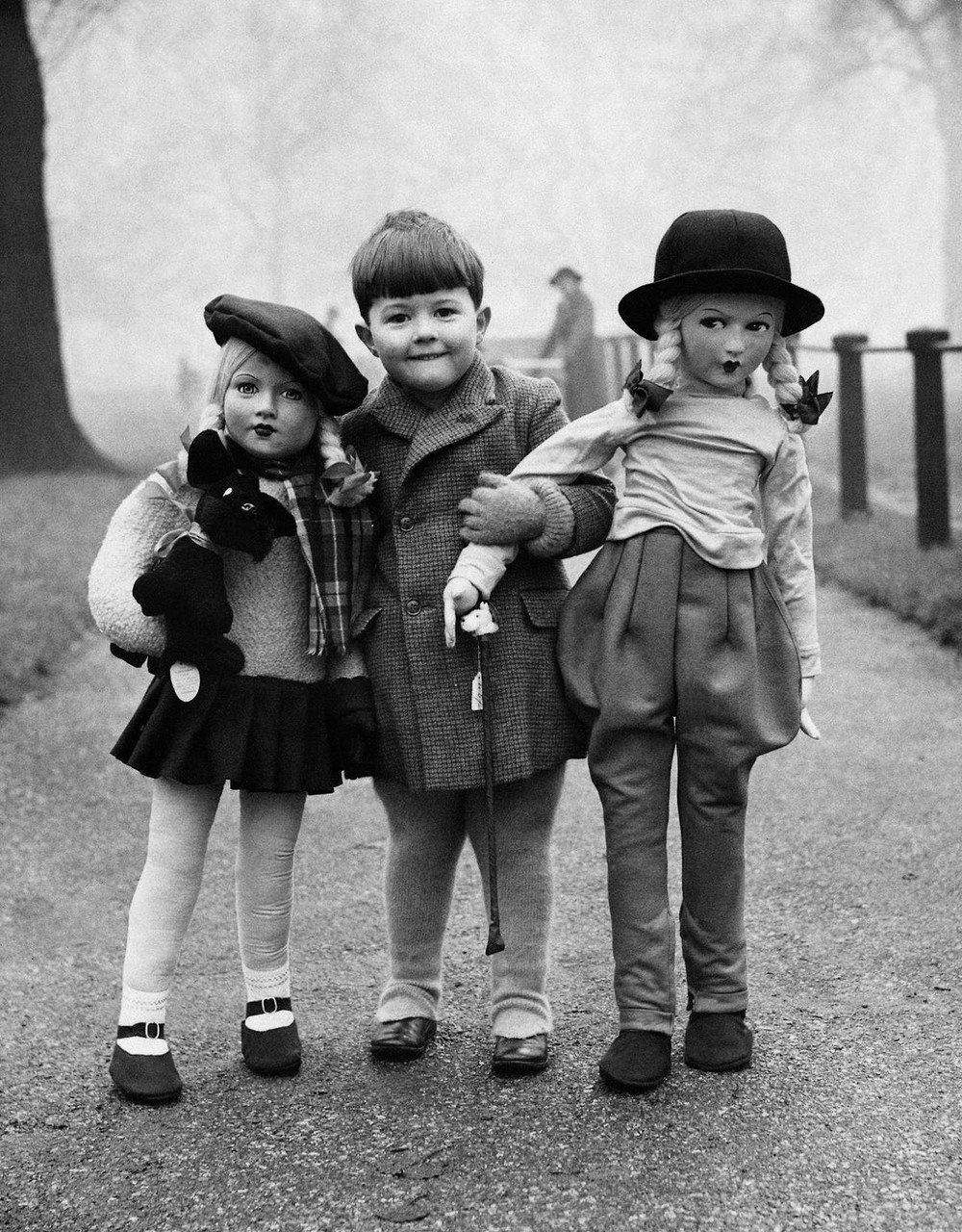 Открытки, две девочки и мальчик смешные картинки