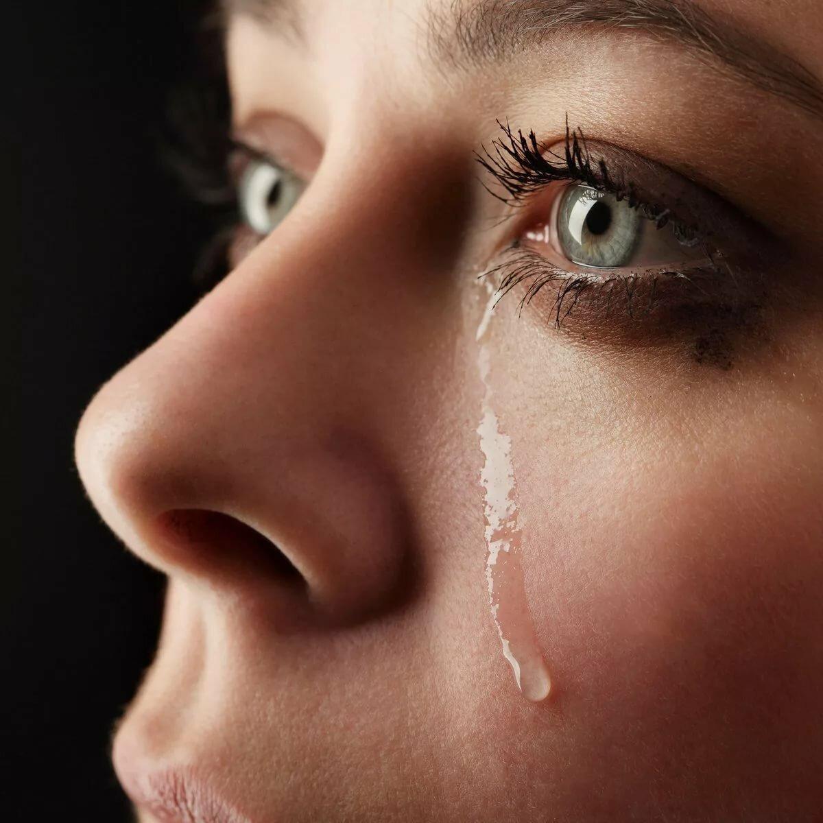 открытка глаза в слезах кадре