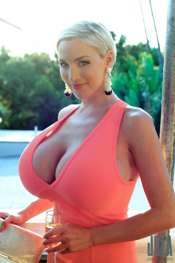 Huge boobs in tight tops — photo 10