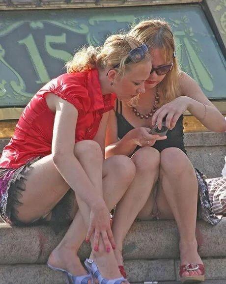 Подсмотренное фото женщин под юбкой, сексуальной порнуха очень жесткий