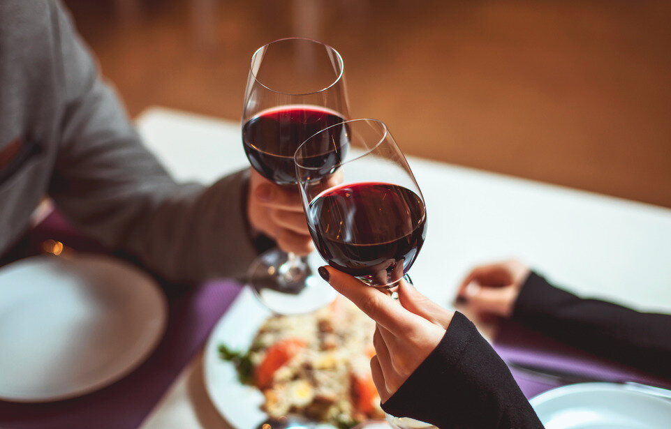 Картинка с вином и бокалами за столом, для