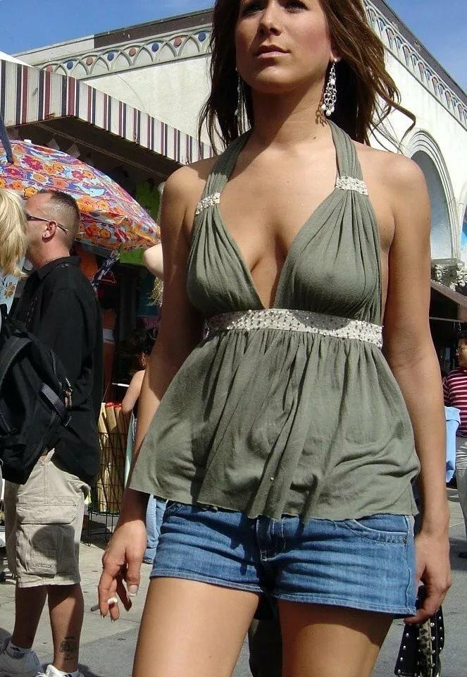 В одежде и без лифчика на улице фото — photo 11