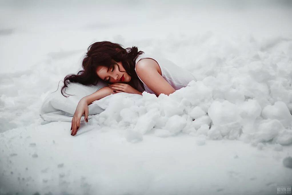 человек лежащий на снегу картинки словом