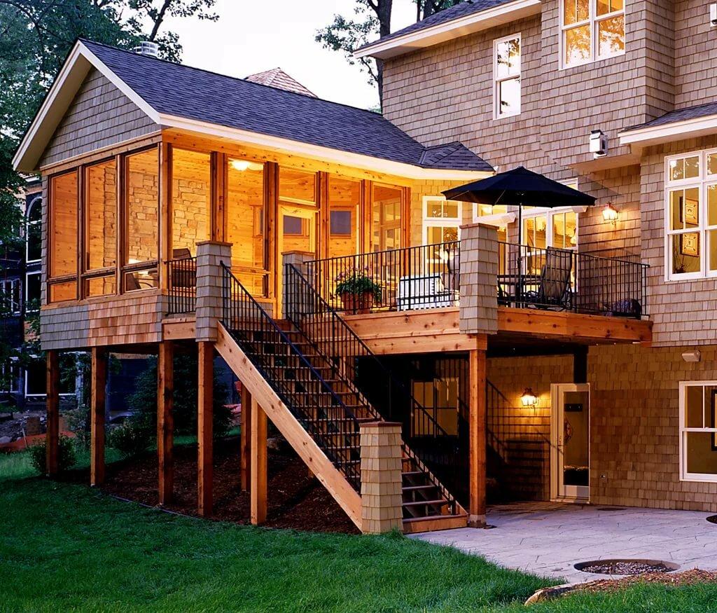 Деревянная веранда с балконом к дому фото