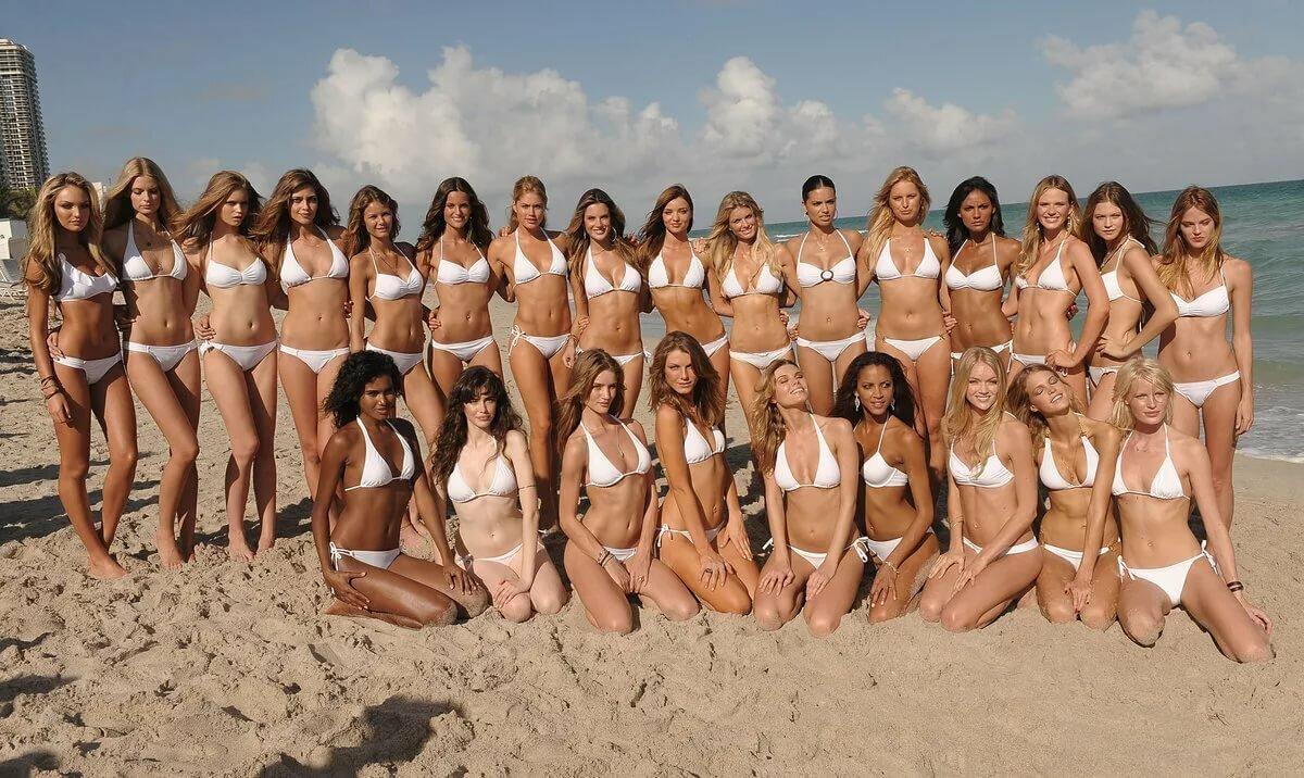 много голых девушек на пляже
