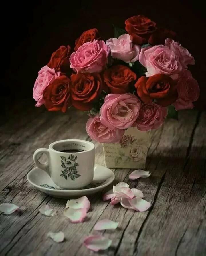 красивый букет цветов и чашка кофе эти