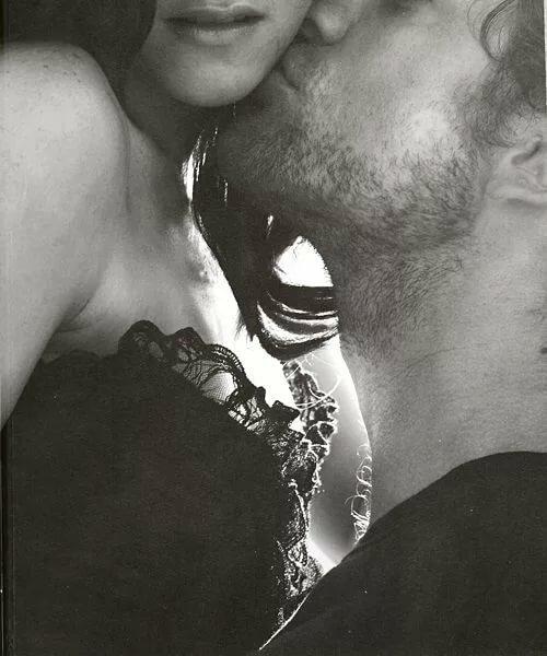 Черно белая картинка поцелуй в шею