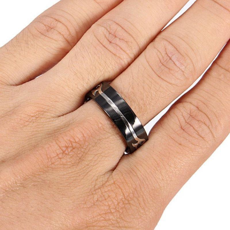 этом кольца на руках мужчин фото сохранить его