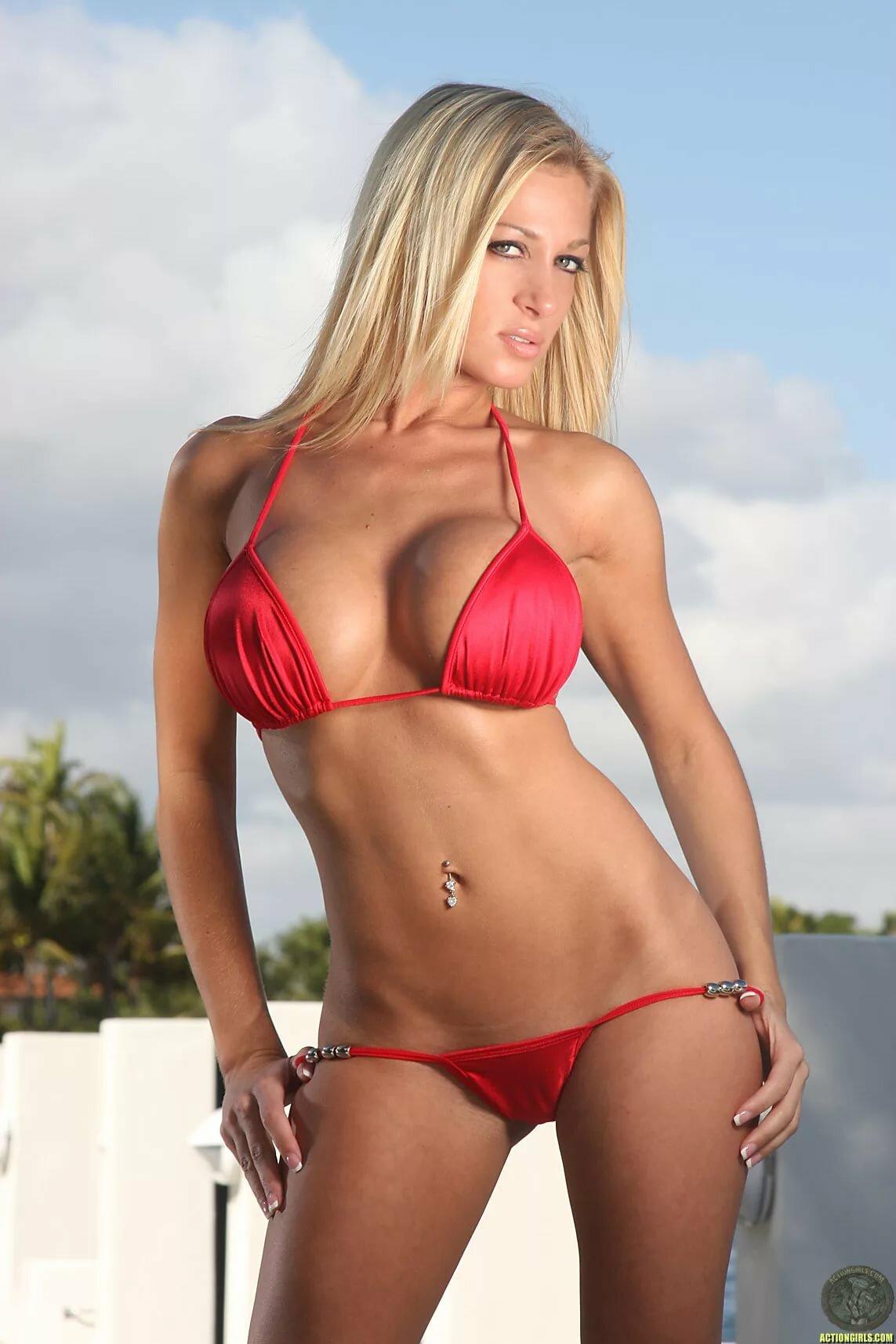 foto-devushek-v-mini-bikini-i-golie