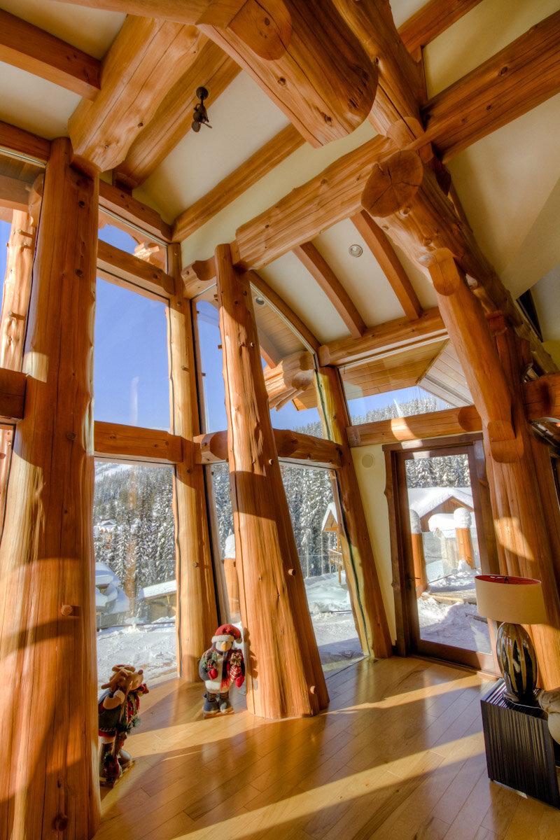 Вертикальный сруб деревянного дома фото