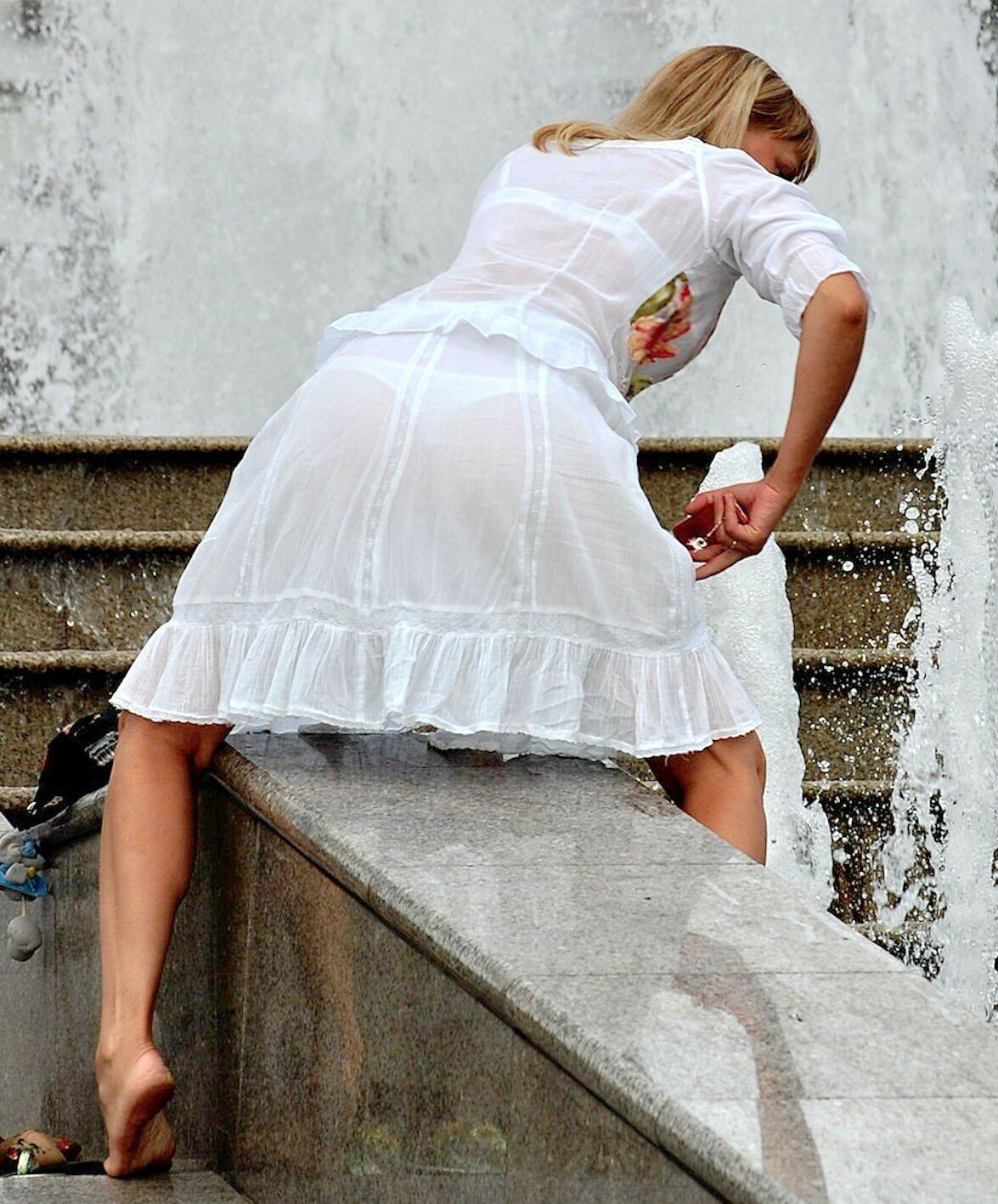 жена в белых прозрачных платьях или иначе, каждый