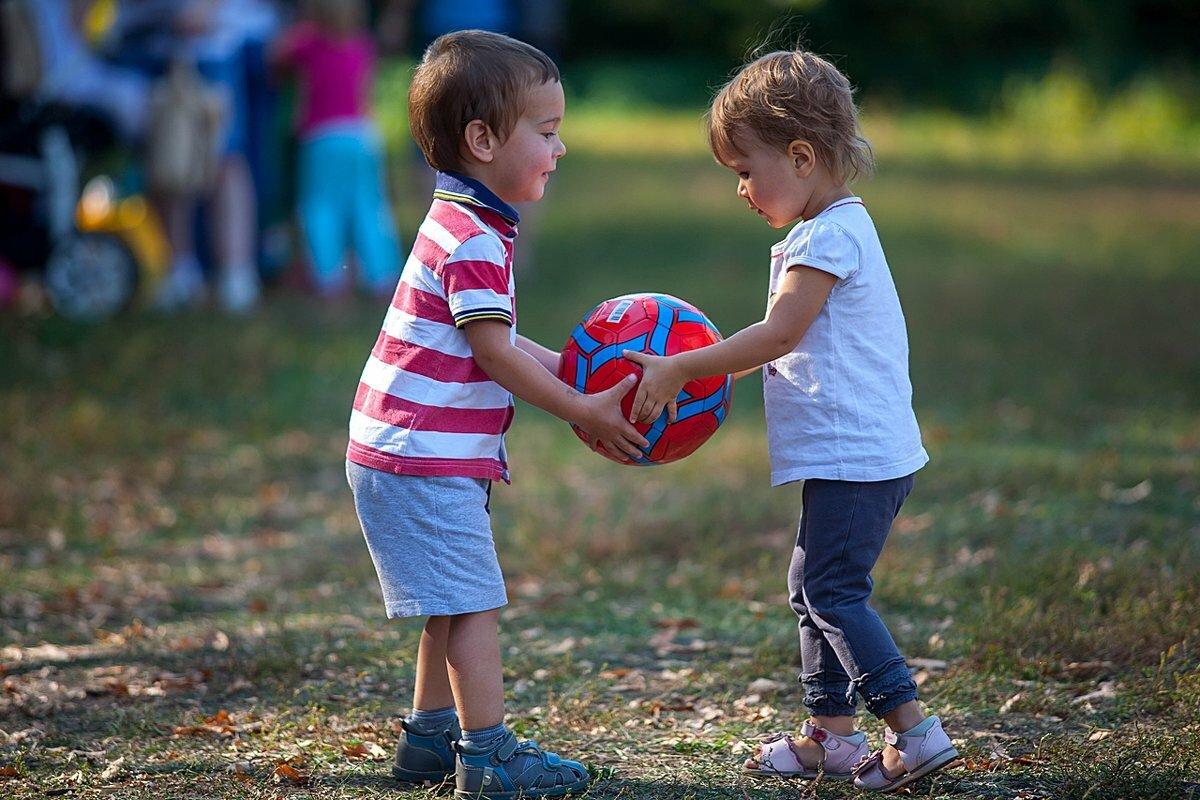 Картинка двое детей помогают друг другу