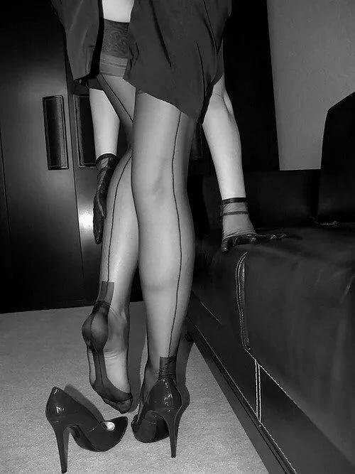 Целовать женские ножки в чулках, порно жена устроила старому мужу сюрприз