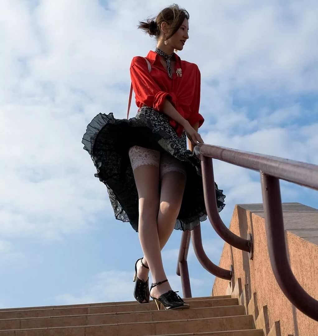 девушка в мини юбке поднимается по лестнице смотреть что