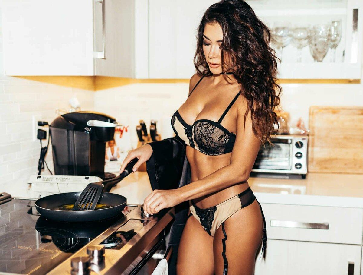 полуголые девушки на кухне кончил