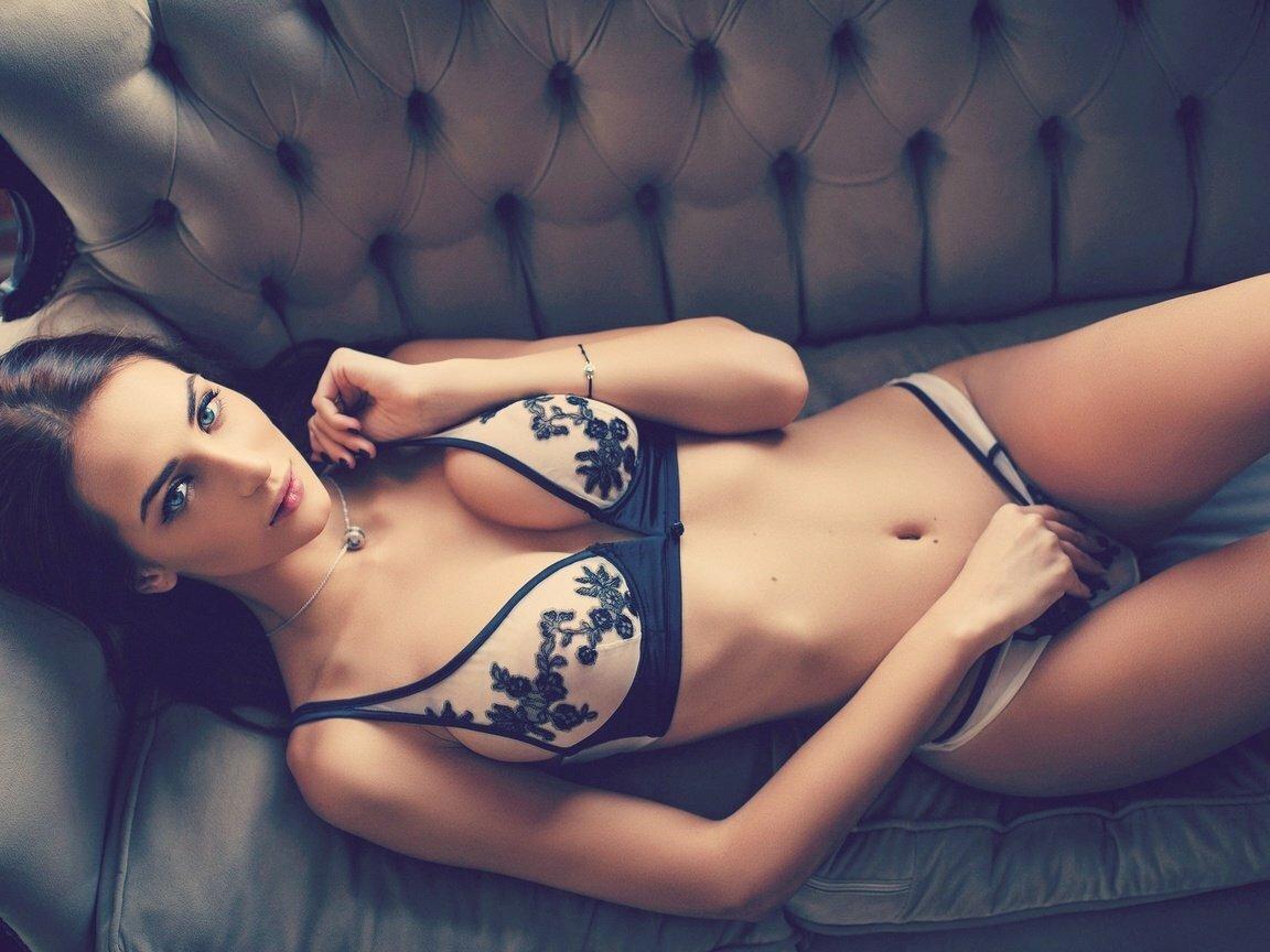 Красотки показывают тело