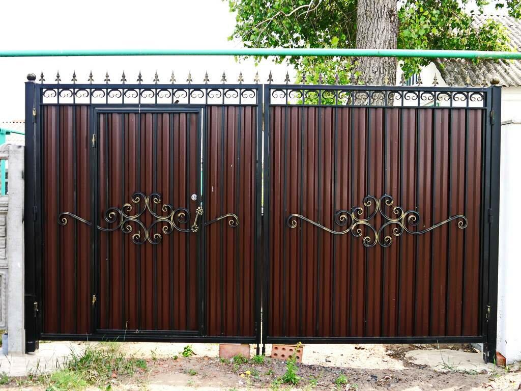 фото кованых ворот с калиткой из профнастила
