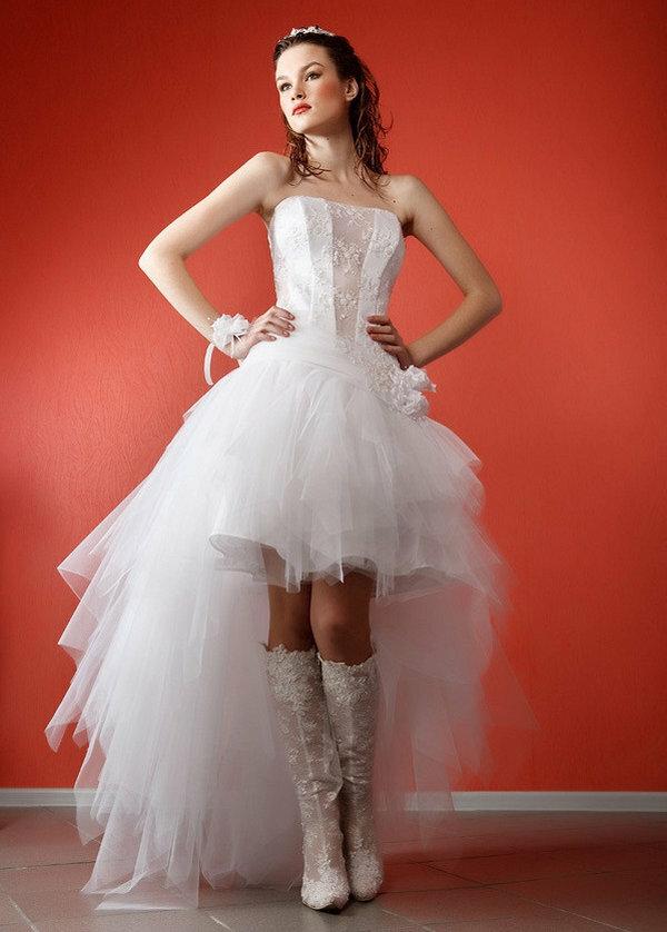 db4d2ada18c ... с Невесты увидят в обзоре лучшие короткие свадебные платья с фото –  атласные со шлейфом