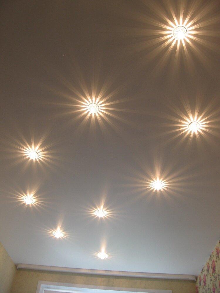 вам натяжные потолки с лампочками фото в спальне ламинат или плитку