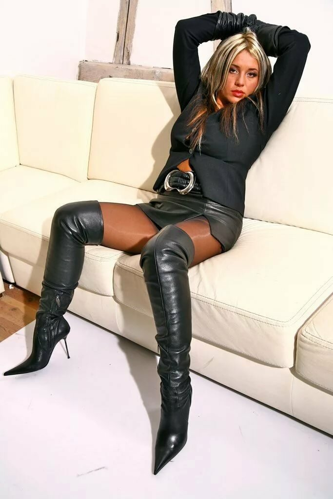 pantyhose-babe-in-thigh-boots-granny-mature