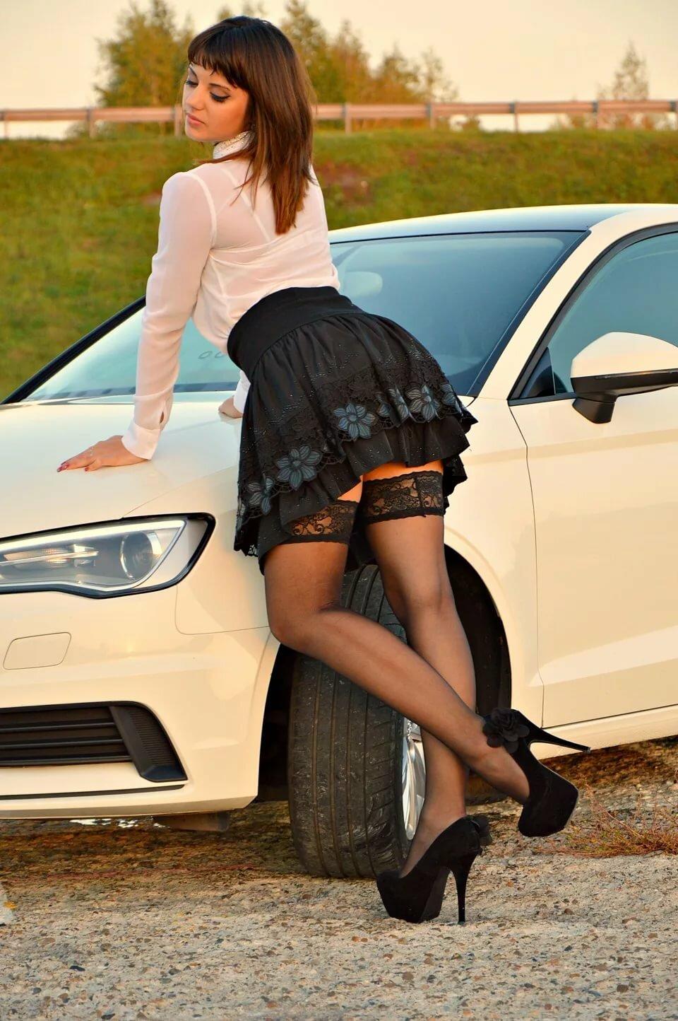 Девушка в коротком платье наклоняется к машине, трахают валю видео валя сосет