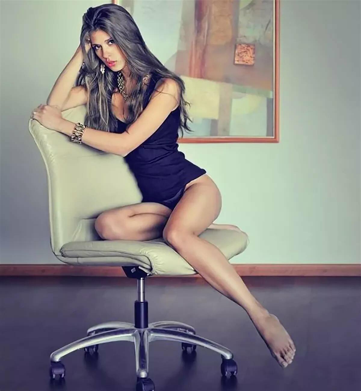 позы девушка на стуле своих