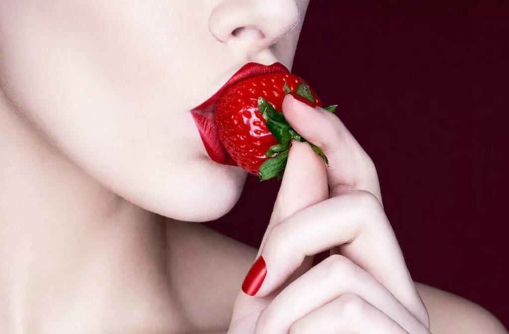 голая девушка ест клубнику фото руки