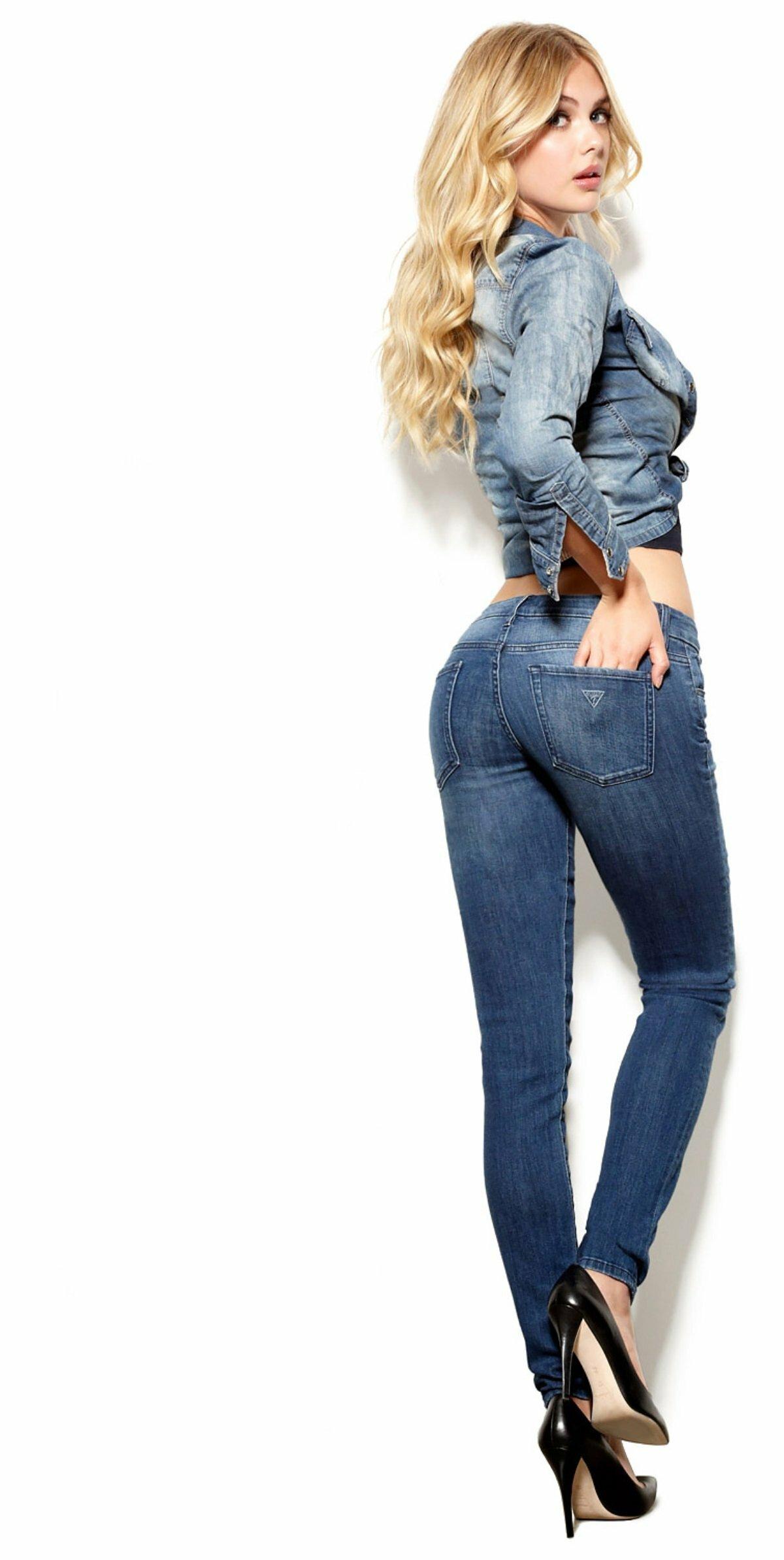 Девушки в слетающих джинсах