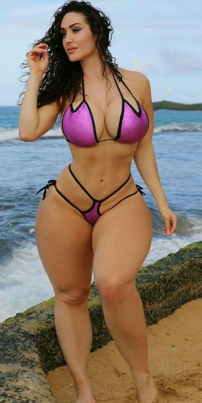 mini-bikini-devushki-pishnie-foto-bryunetka-rizhaya-tennisistki